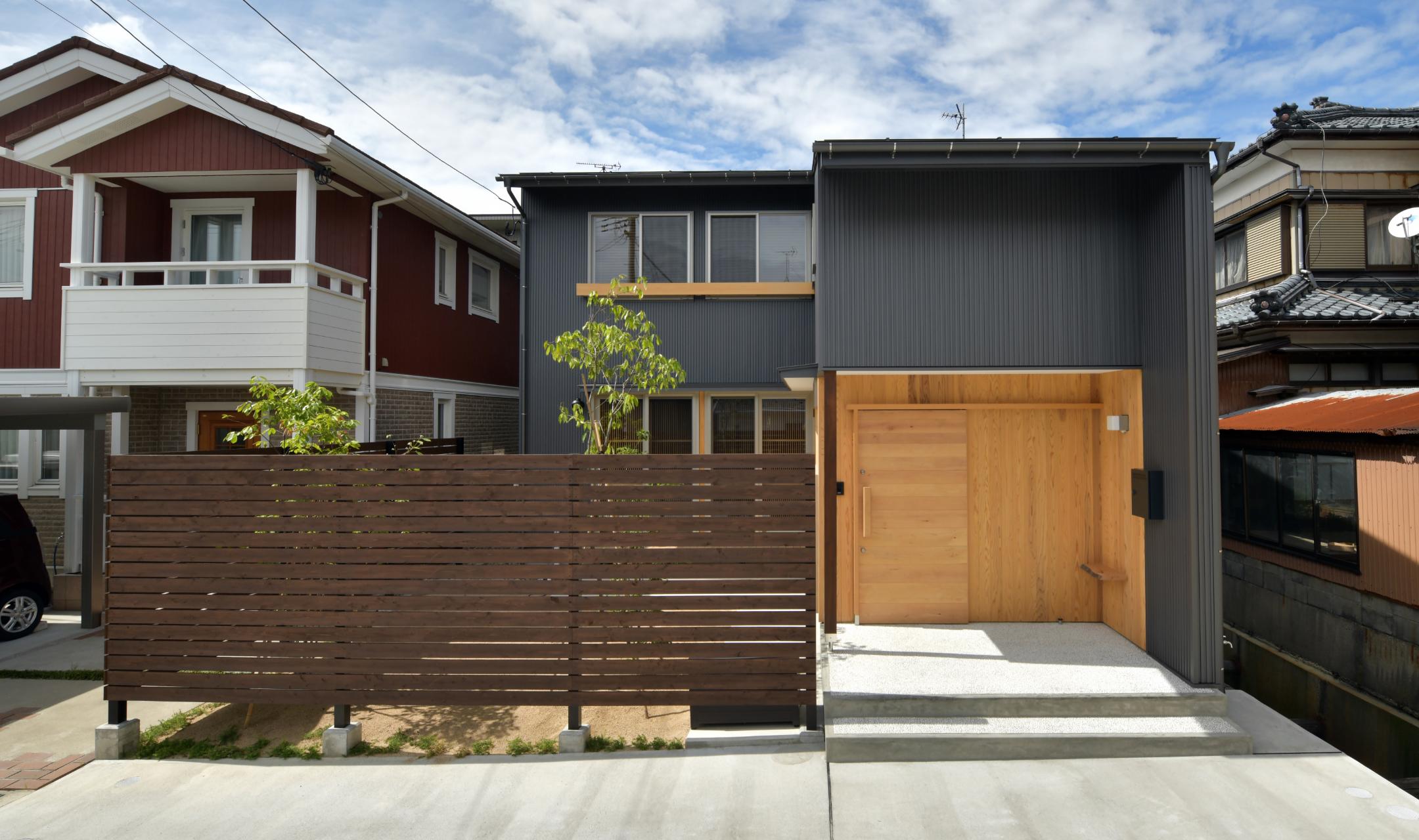 木と黒い外観が特徴の家
